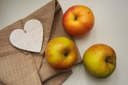 Apples on napkin; Photo by StockSnap, Agnieszka Bladzik